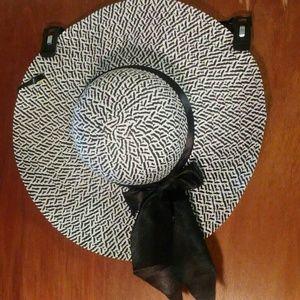 Accessories - Black/White Sun Hat